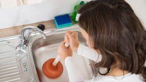 تصویر کامل تلمبه زدن در سینک ظرفشویی توسط خانم
