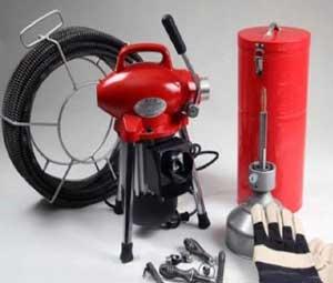 تصویری از چند ابزار جهت بازکردن لوله های دچار گرفتگی در کنار هم که تاسیساتی مردانی میتواند برای کار شما مورد استفاده قرار دهد