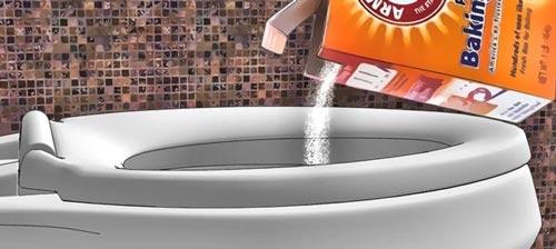 ریختن پودر بازکننده و سفید کننده کاسه دستشویی فرنگی