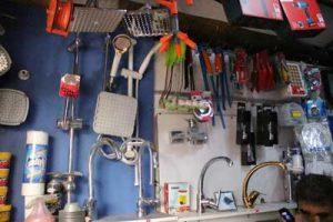 تصویر از داخل مغازه و شرکت تاسیسات مردانی از قسمت شیر آلات و لوازم لوله کشی روکار