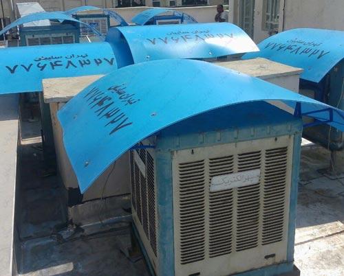 عکس از چند کولر که به دلیل گرما و آفتاب مستقیم بر روی آن ها سایه بان نصب شده است